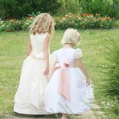 Like sisters... do not hesitate to take advantage of this special time to call your loved ones... each one of us can give something, even if it is just our loving presence over the phone... 😊 . . . #happiness #cutenessoverload #littleeglantine #flowergirls #dreamwedding